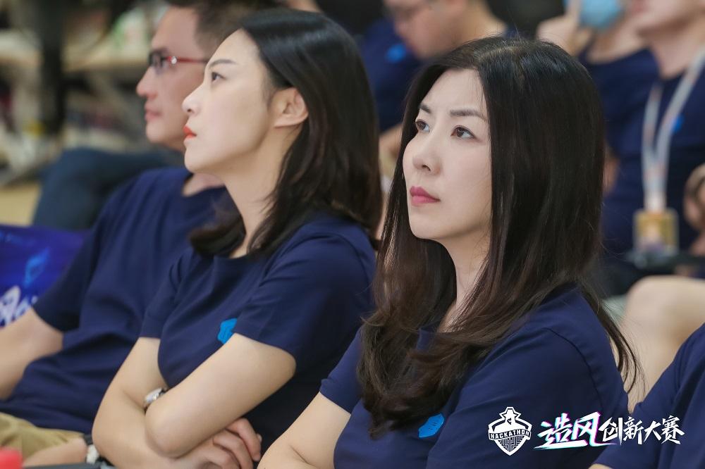 阿里巴巴集團合夥人、首席客戶官吳敏芝(圖右)表示,她在「造風創新大賽」所展示的項目中看到創新的力量。