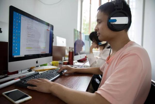 馮家亮是中國首批視障雲客戶服務員之一。