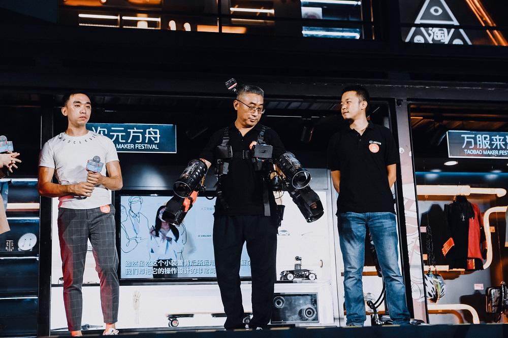 造物大蓬車駛進杭州期間,有造物者身穿能夠低空飛行的機甲飛行服亮相。
